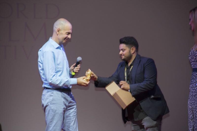19 Umberto Rondi premiato da Vincenzo Basile (Coordinatore Fotografi)